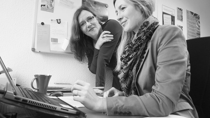 Prof. Dr. Christiane Maaß und Isabel Rink bei der Arbeit