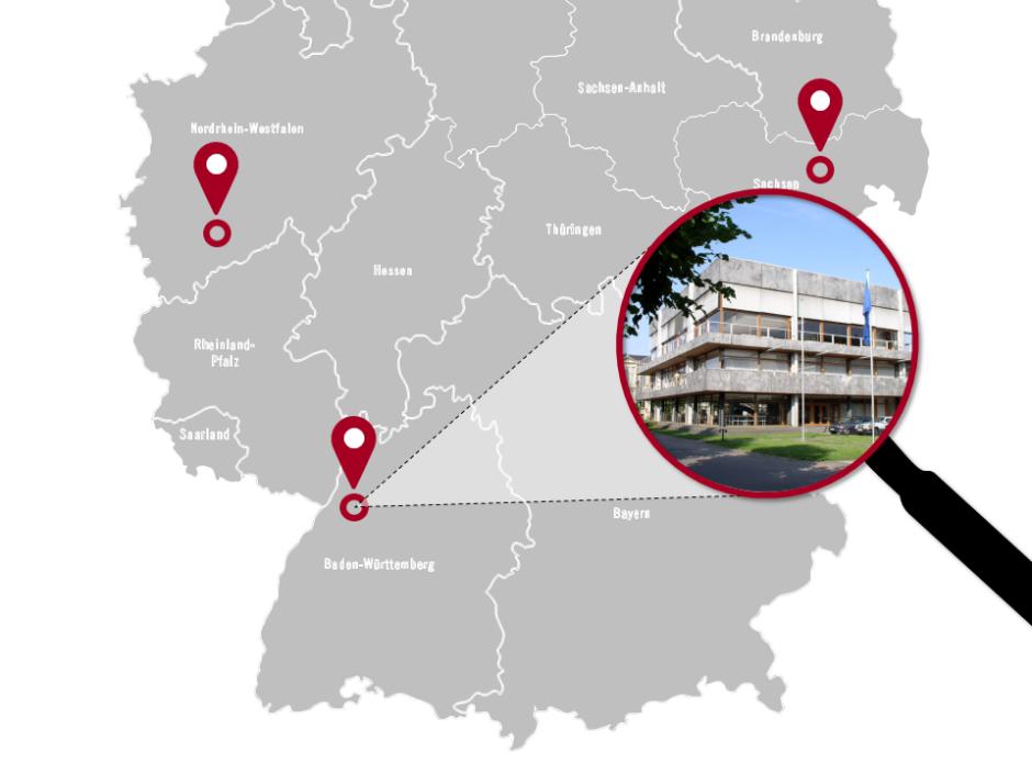 """vereinfachte Karte von Süddeutschland mit drei roten Standortmarkern; von rechts ragt eine Lupe ins Bild, die auf den Markerpunkt """"Karlsruhe"""" gerichtet ist; in der Lupe ein Foto vom Bundesverfassungsgericht"""