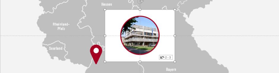 Markierte Miniatur der Folie mit dem runden Gerichtsfoto liegt mittig auf der Folie mit der Landkarte