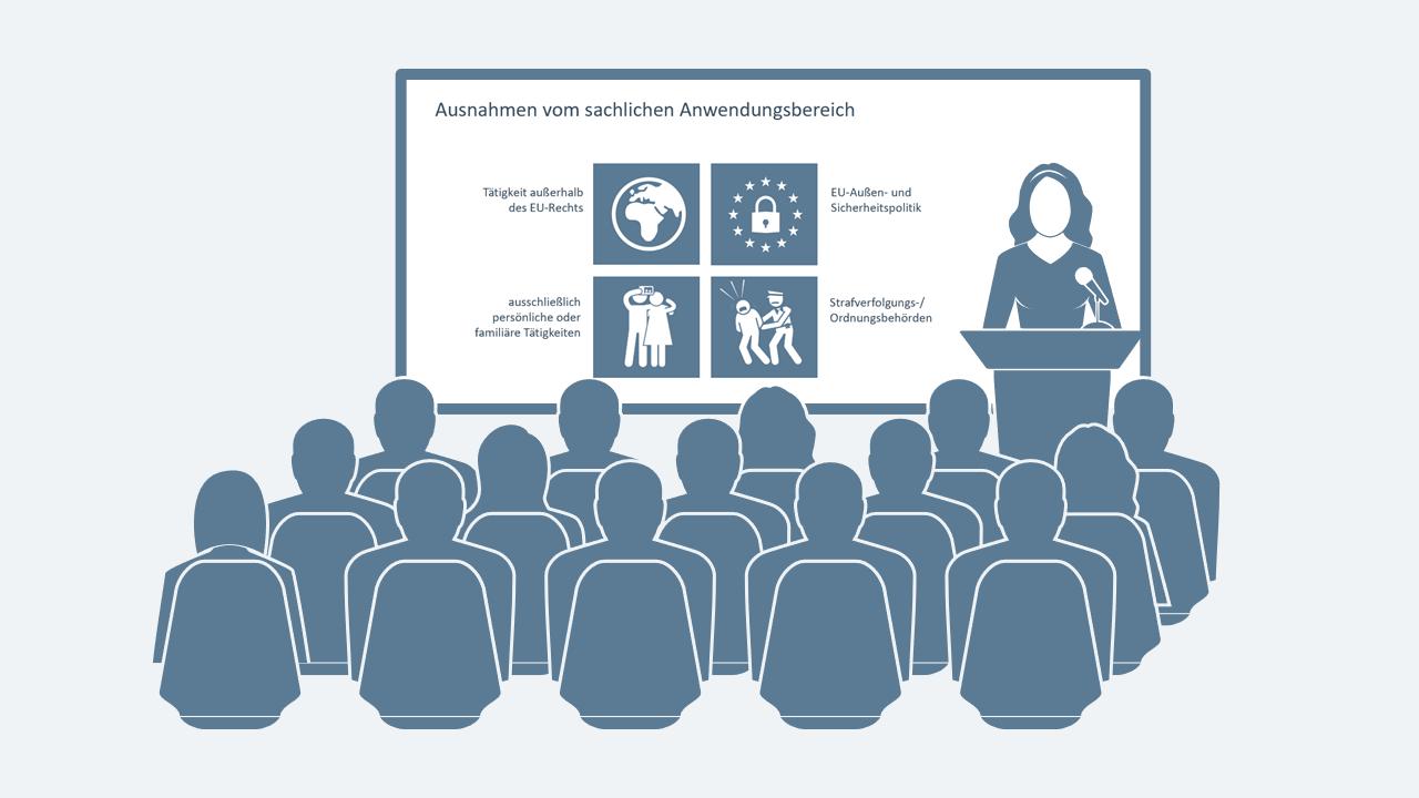 Publikum lauscht dem Vortrag einer Frau an einem Redepult; an der Wand hinter der Frau ist eine Folie mit Icons und Text zu sehen