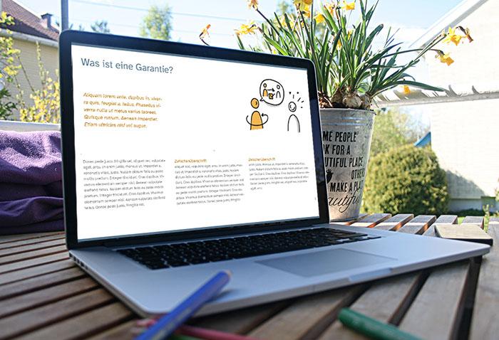 Laptop auf dem Balkontisch - auf dem Bildschirm ist die Seite einer digitalen Lernkartei zu sehen